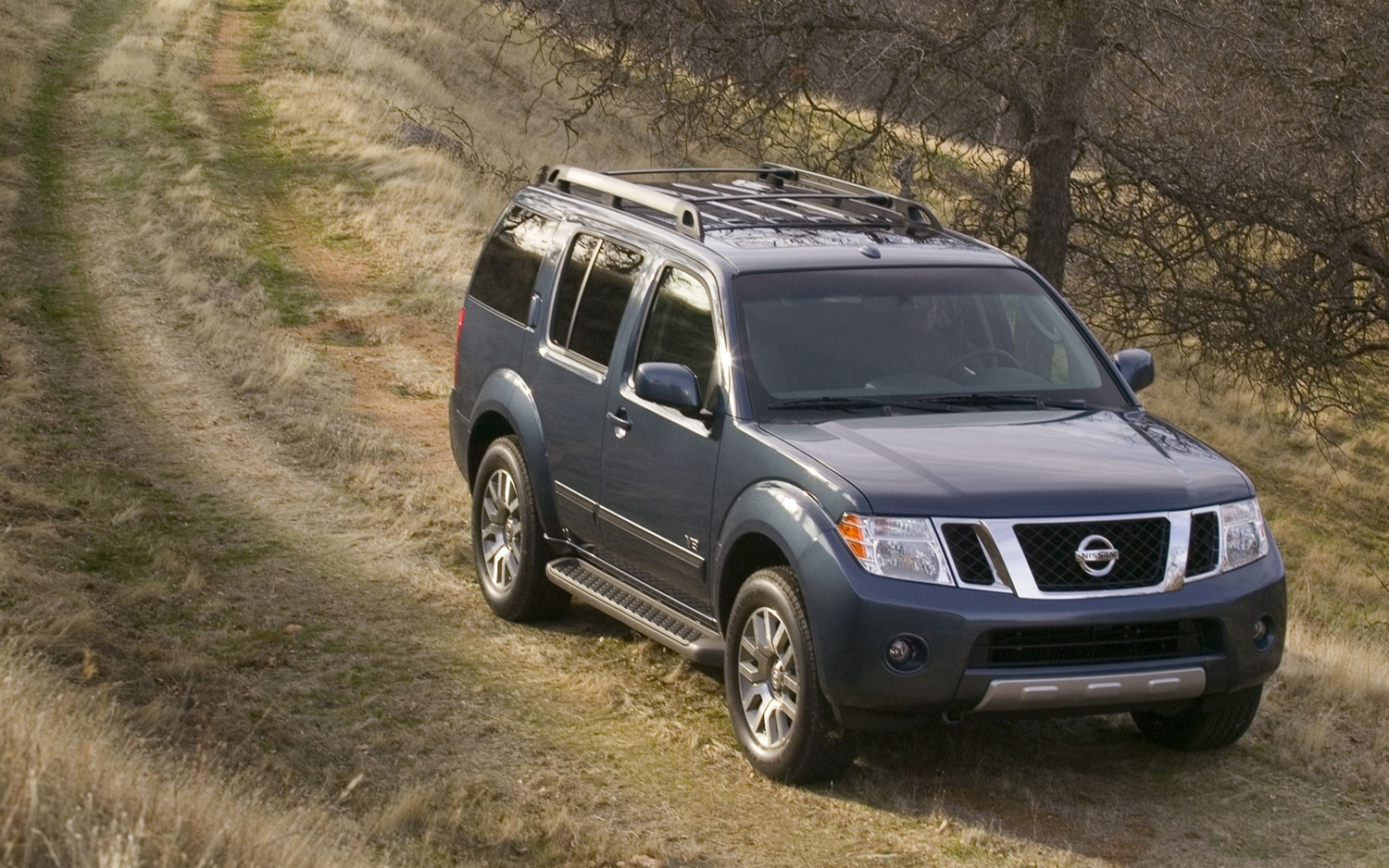 2012 Nissan Pathfinder Front Three Quarter Hill1