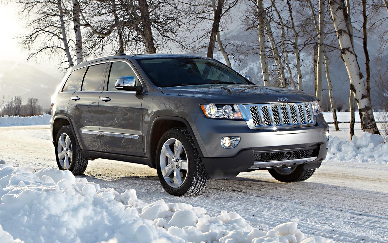2012 Jeep Grand Cherokee Front Three Quarter Snow1