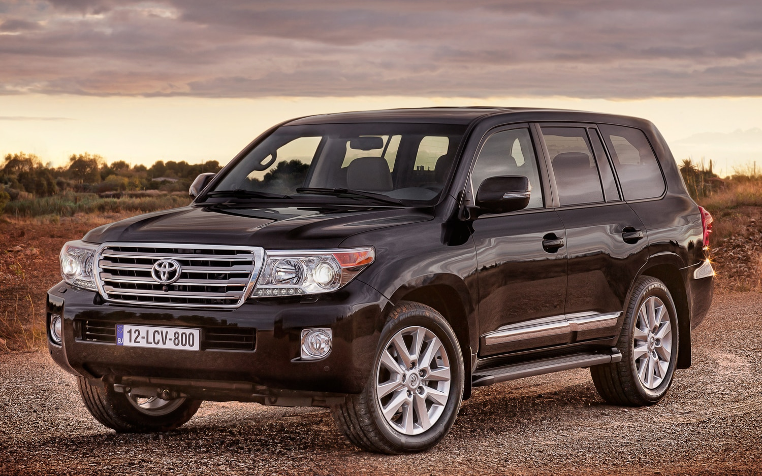 2013 Toyota Land Cruiser Front Three Quarter1