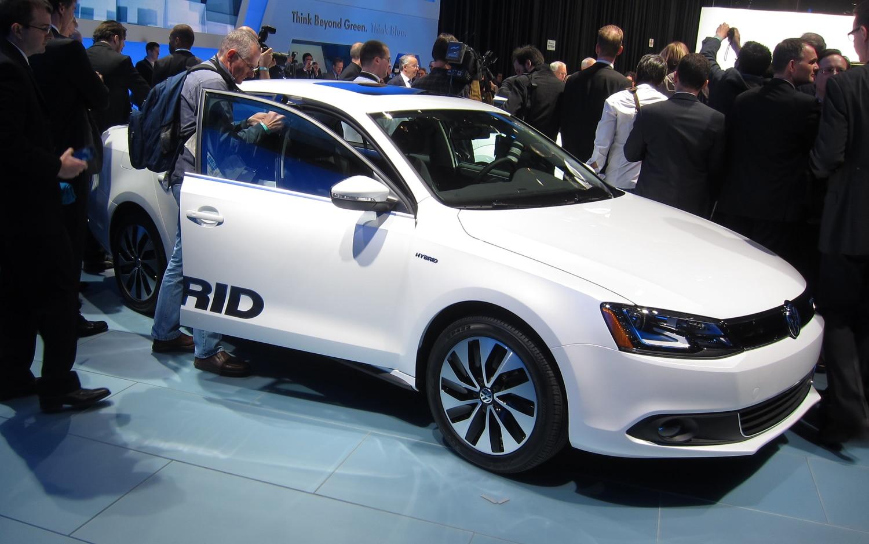 2013 Volkswagen Jetta Hybrid Front Three Quarter1