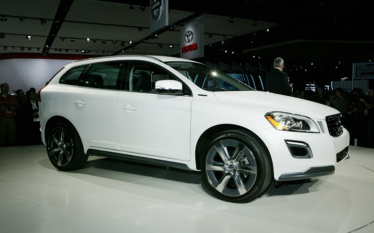 first look volvo xc60 plug in hybrid concept automobile. Black Bedroom Furniture Sets. Home Design Ideas