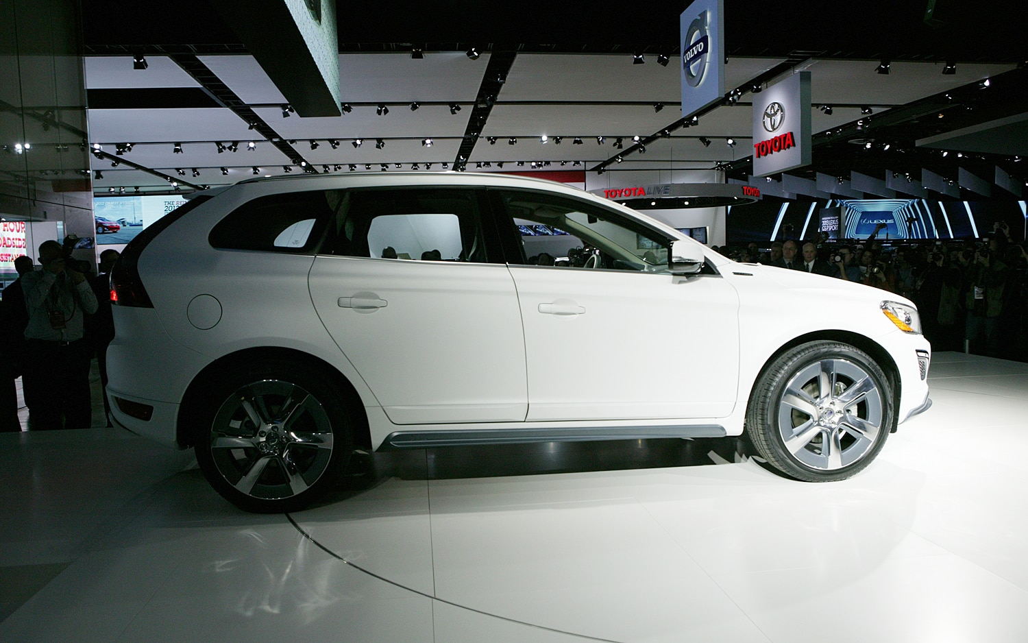 first look volvo xc60 plug in hybrid concept automobile magazine. Black Bedroom Furniture Sets. Home Design Ideas