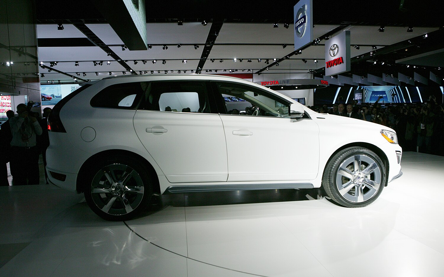 Volvo XC60 Plug In Hybrid Concept Side