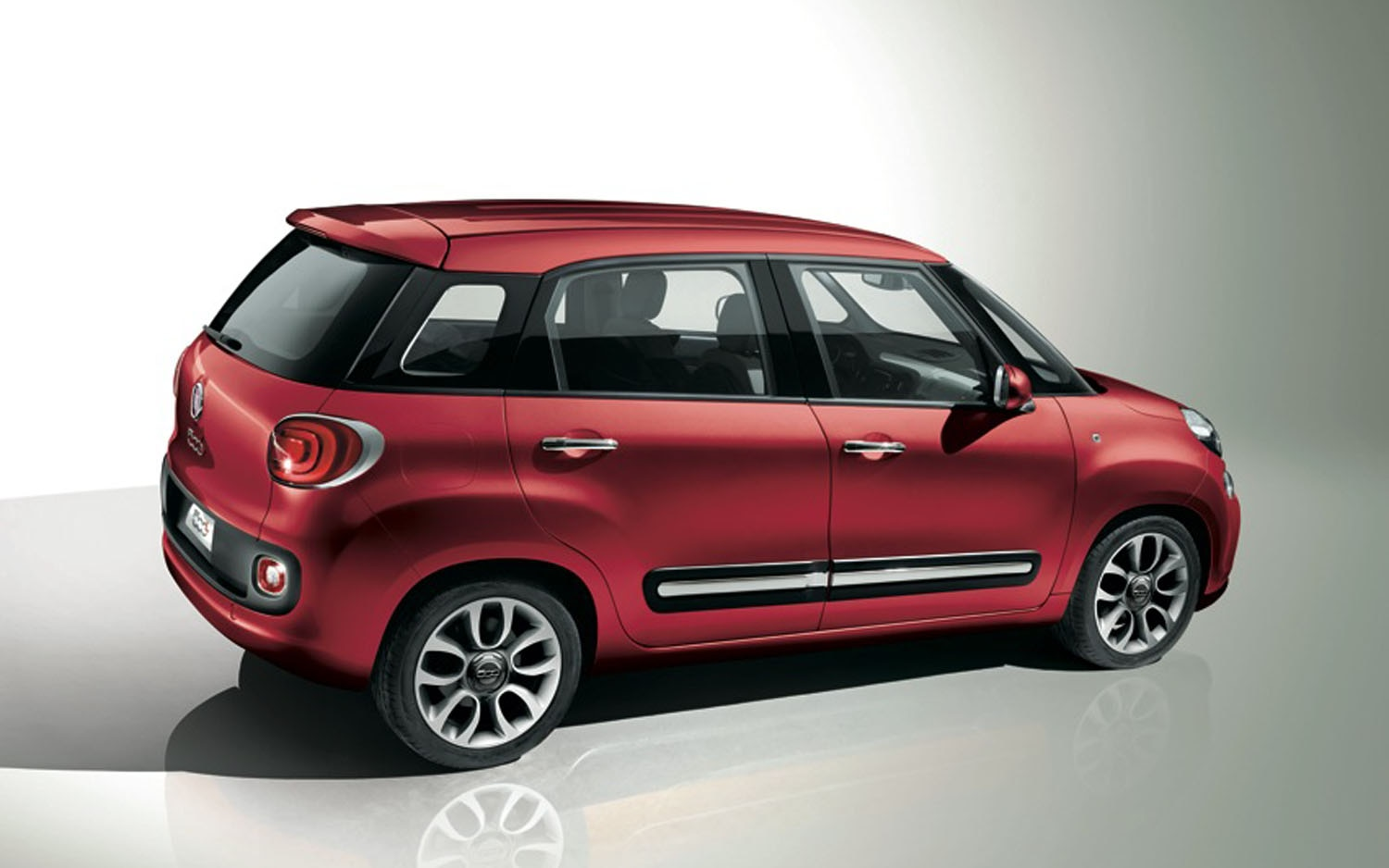 2013 Fiat 500L Rear Three Quarter1