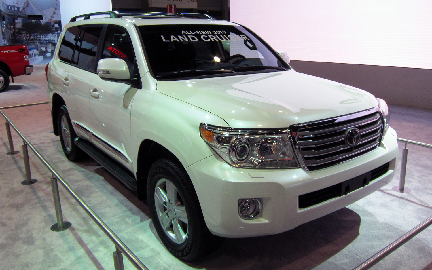 2013 Toyota Land Cruiser Front Three Quarters View1