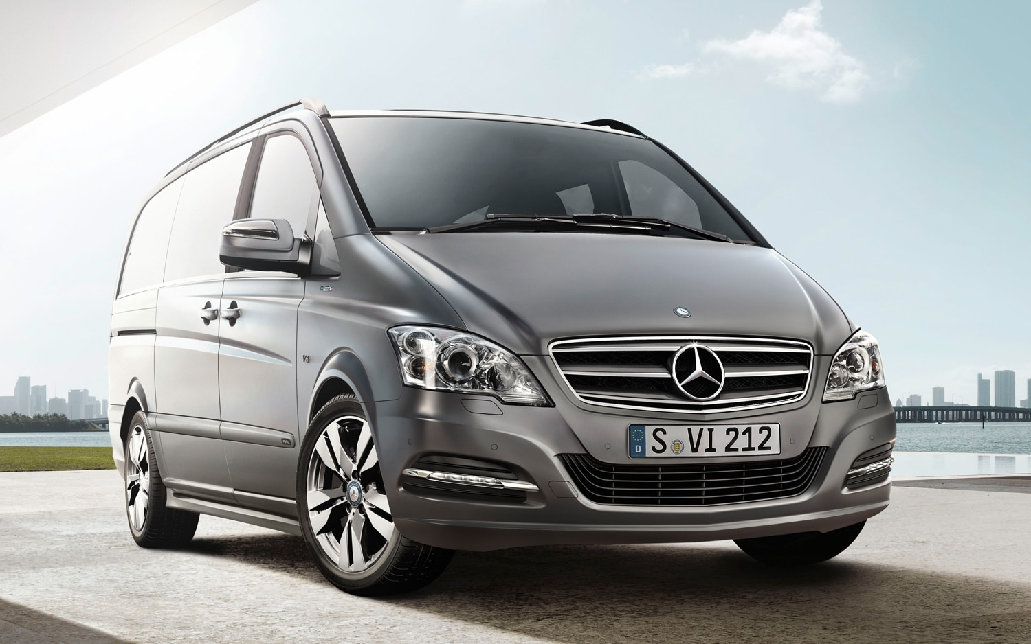 2012 Mercedes Benz Viano Pearl Limited Edition Front Three Quarter1