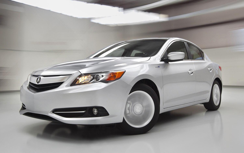 2013 Acura ILX Front Three Quarter Motion1