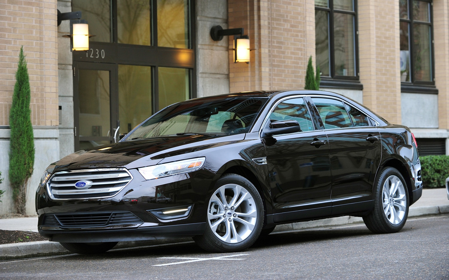 2013 Ford Taurus Front Three Quarter1