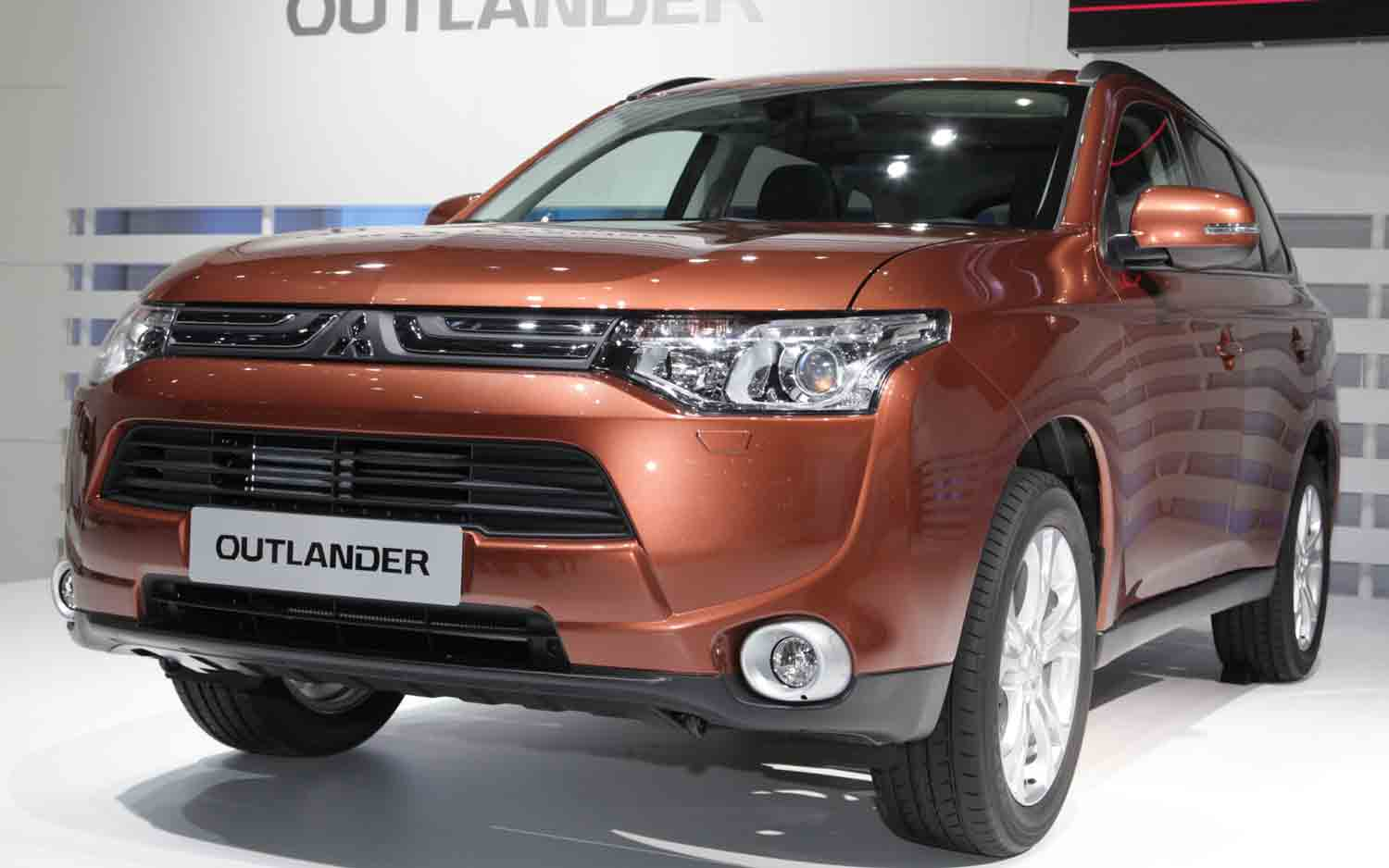 2013 Mitsubishi Outlander Front Three Quarters View1