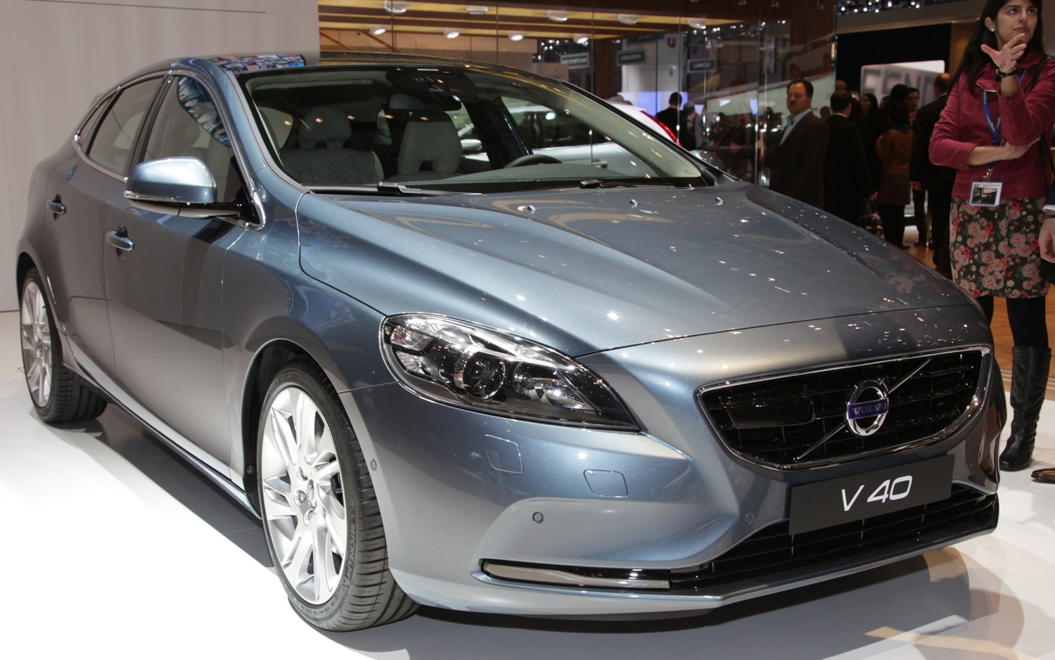 2013 Volvo V40 Front Right View1