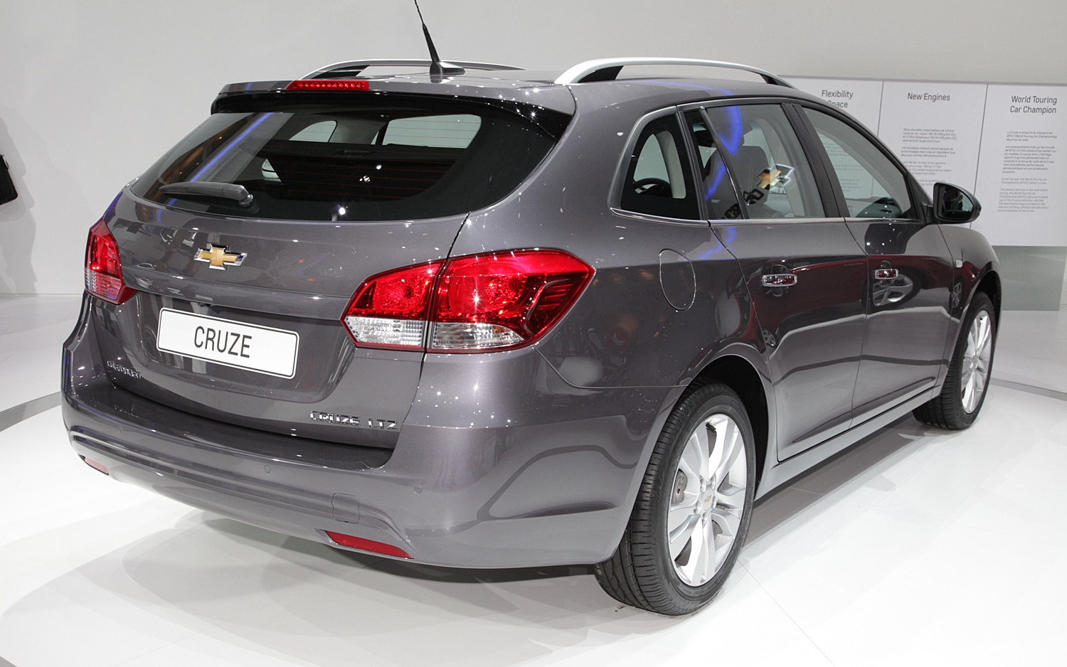 geneva 2012 chevrolet cruze wagon shows off tweaked face larger trunk. Black Bedroom Furniture Sets. Home Design Ideas
