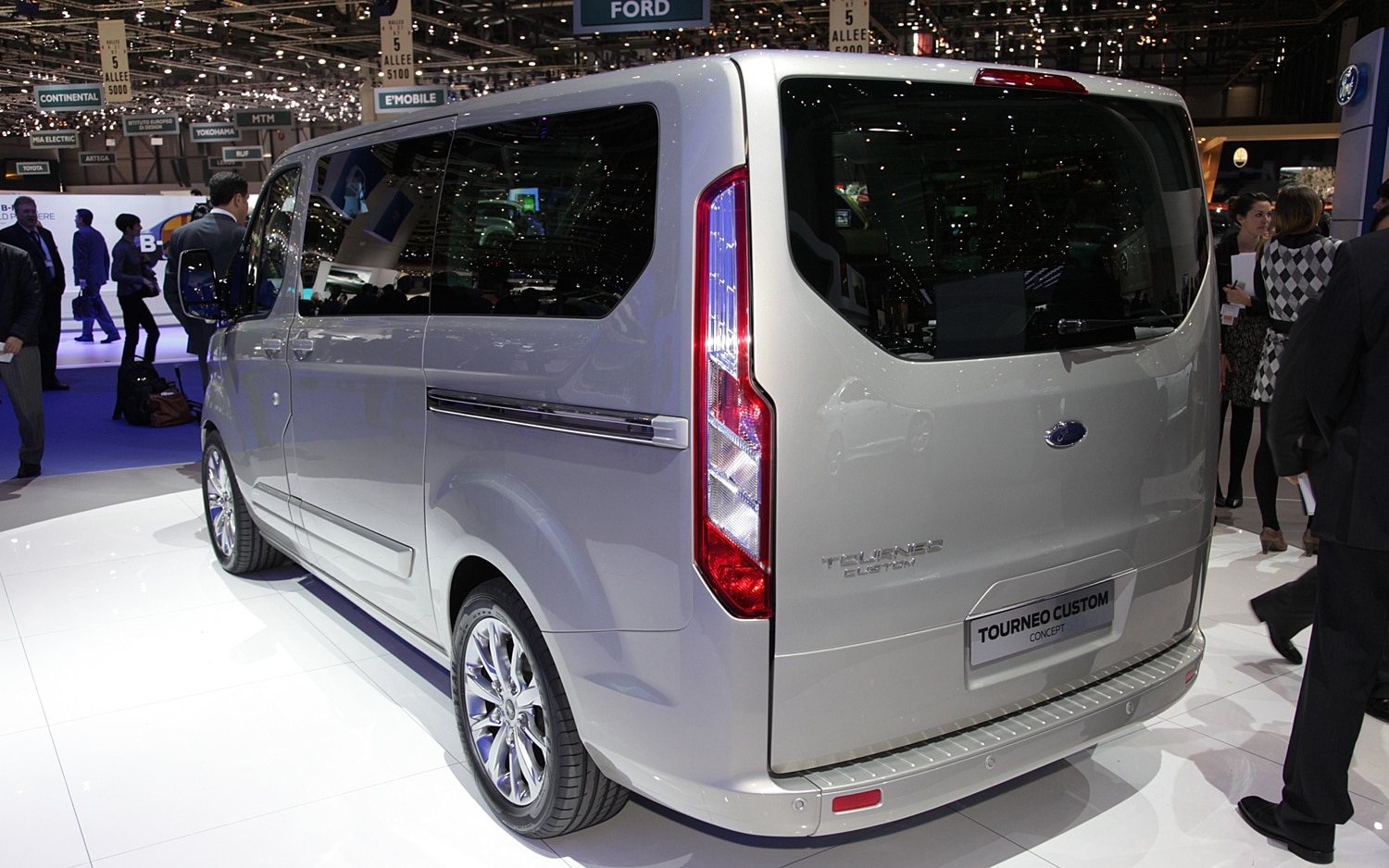 first look ford tourneo custom concept automobile magazine. Black Bedroom Furniture Sets. Home Design Ideas