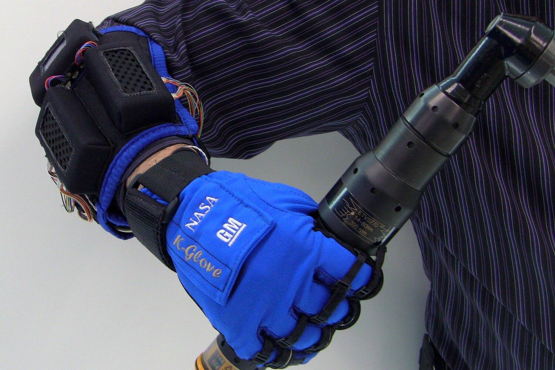 GM NASA Robo Glove Gripping Tool1