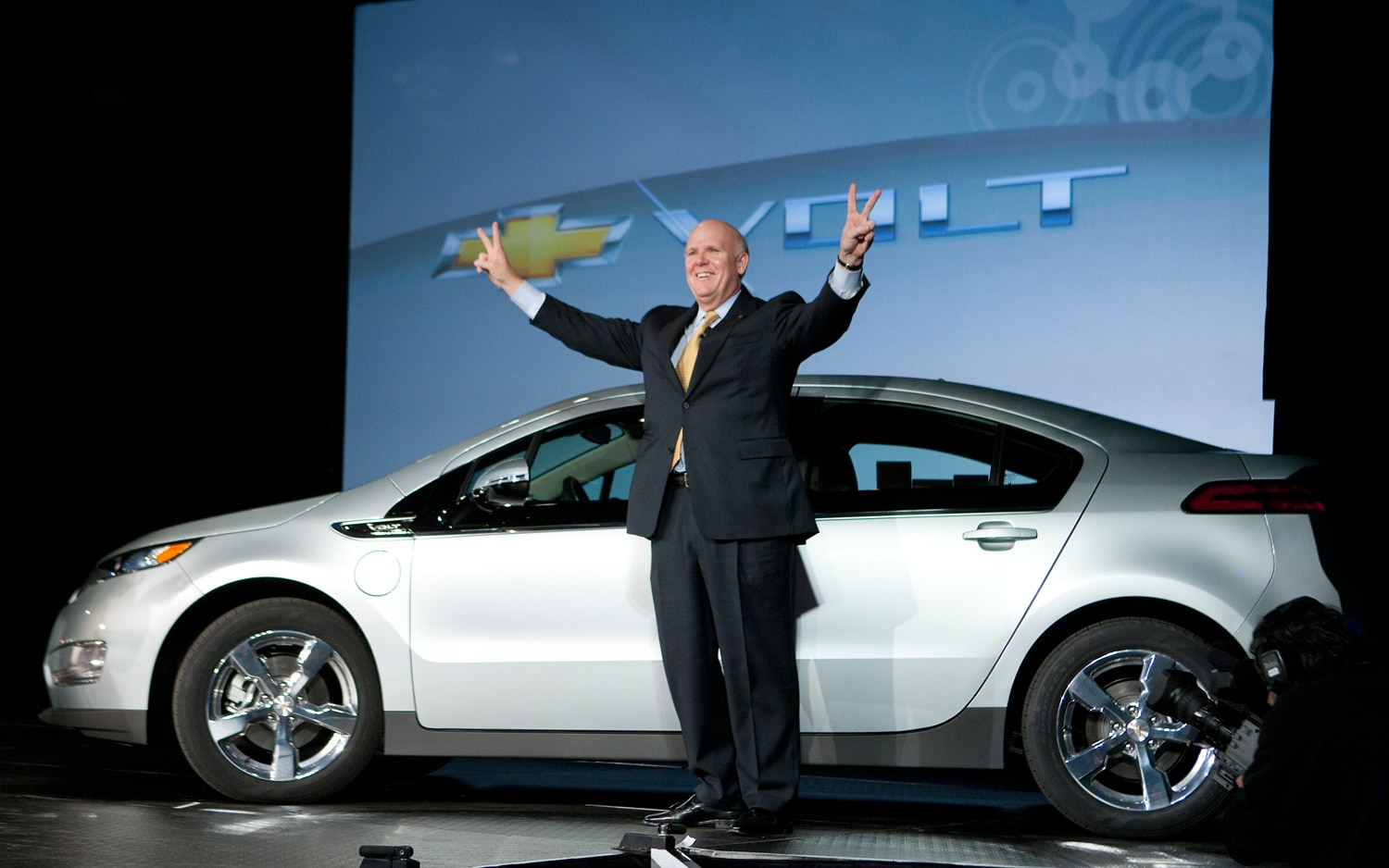 Gm Ceo Dan Akerson With Chevrolet Volt1