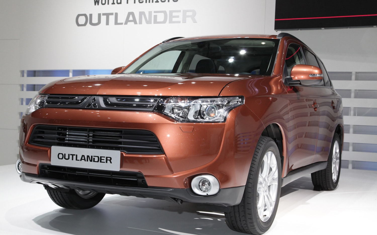 Mitsubishi Outlander Front Left View1