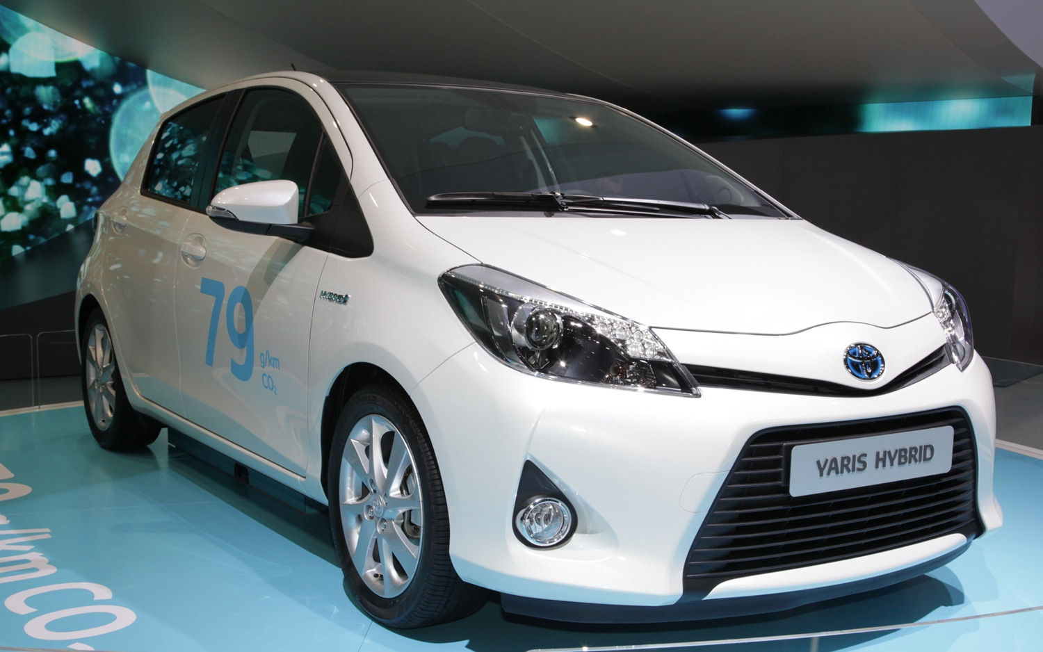 Toyota Yaris Hybrid Front Right View1