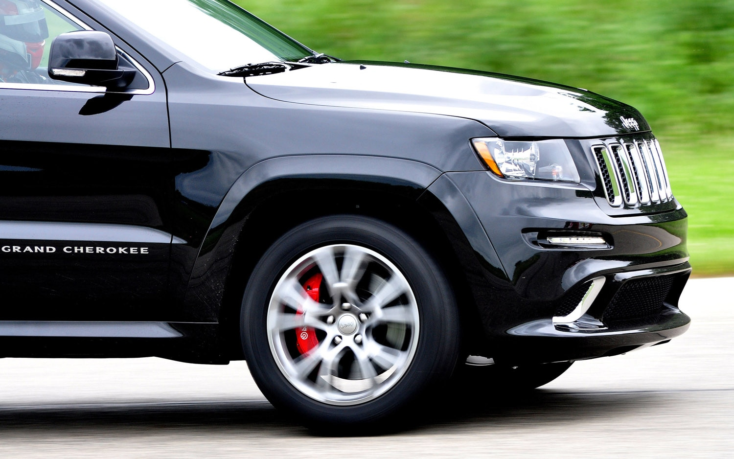 feature flick jeep grand cherokee srt8 laps the nurburgring in 8 49. Black Bedroom Furniture Sets. Home Design Ideas