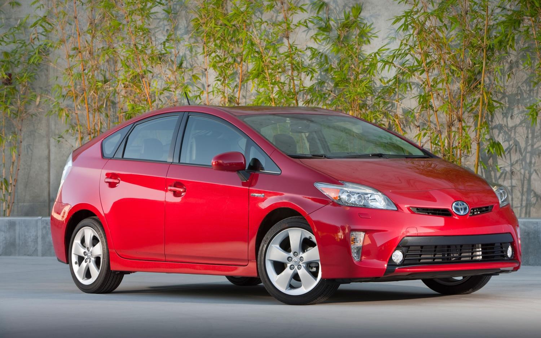 2012 Toyota Prius Front Three Quarter1