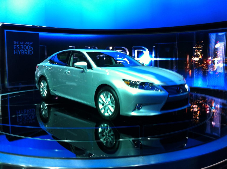 2013 Lexus ES 300h Front Three Quarter Live1
