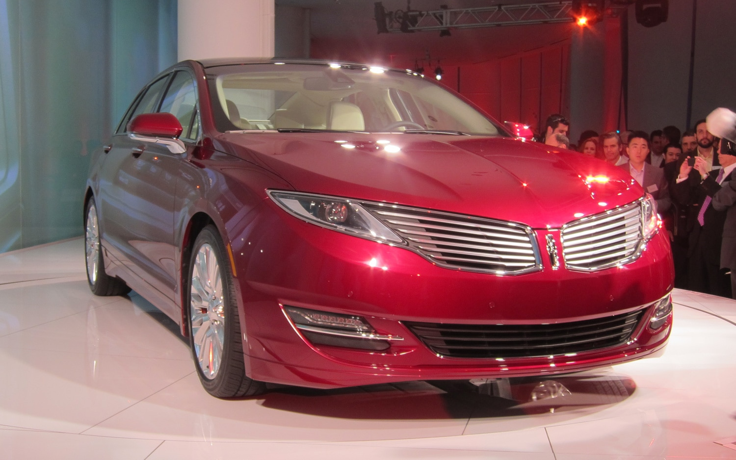 2013 Lincoln MKZ Front Three Quarter11
