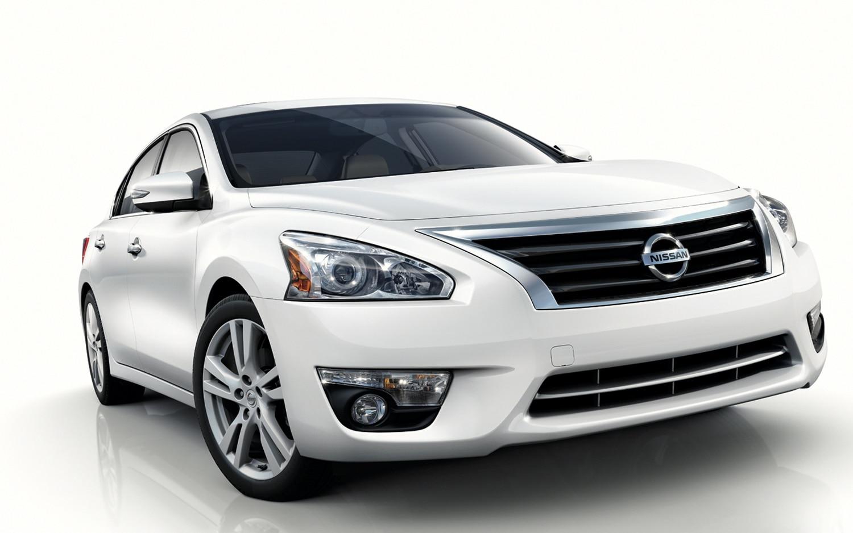 2013 Nissan Altima Front Three Quarter21