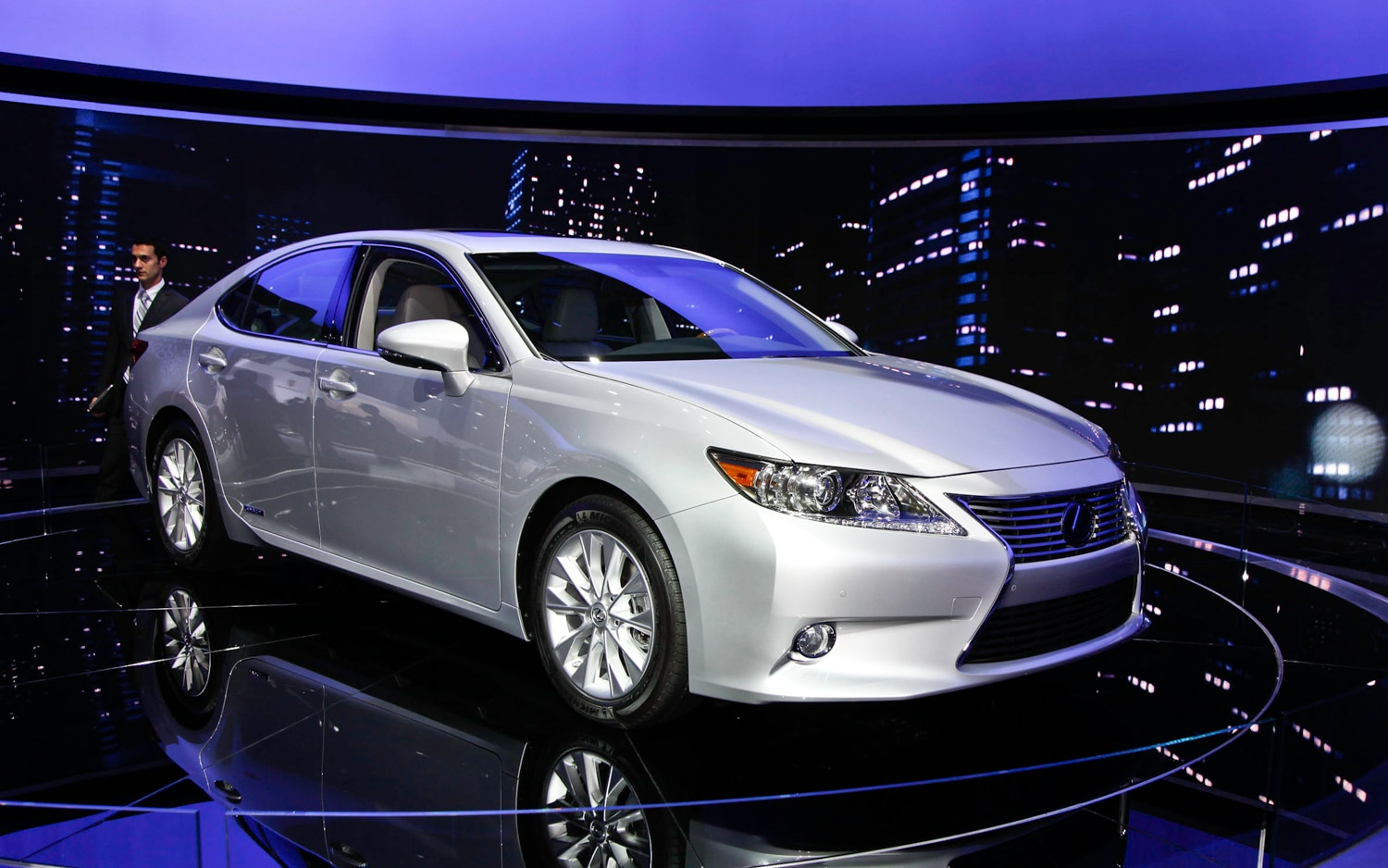 2013 Lexus ES 350 Front Right Side View1