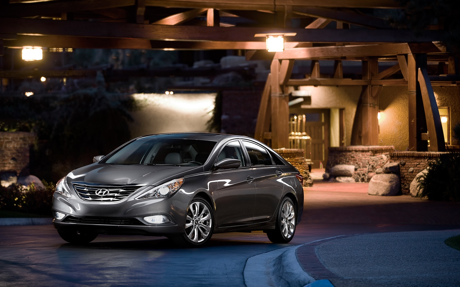 2013 Hyundai Sonata Front Three Quarter1