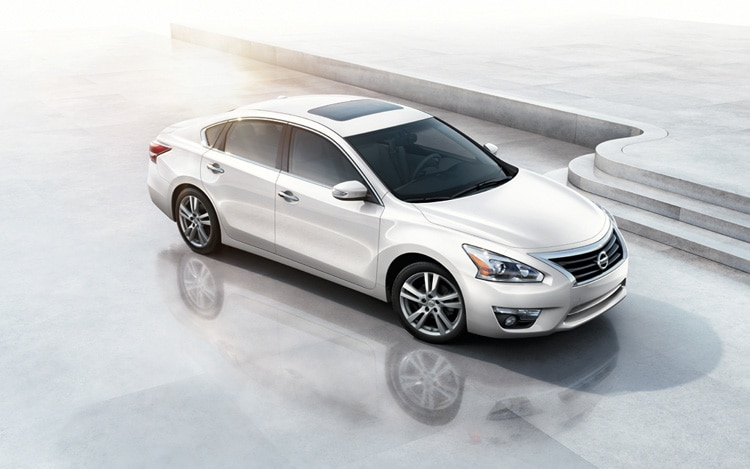2013 Nissan Altima Front Three Quarter1