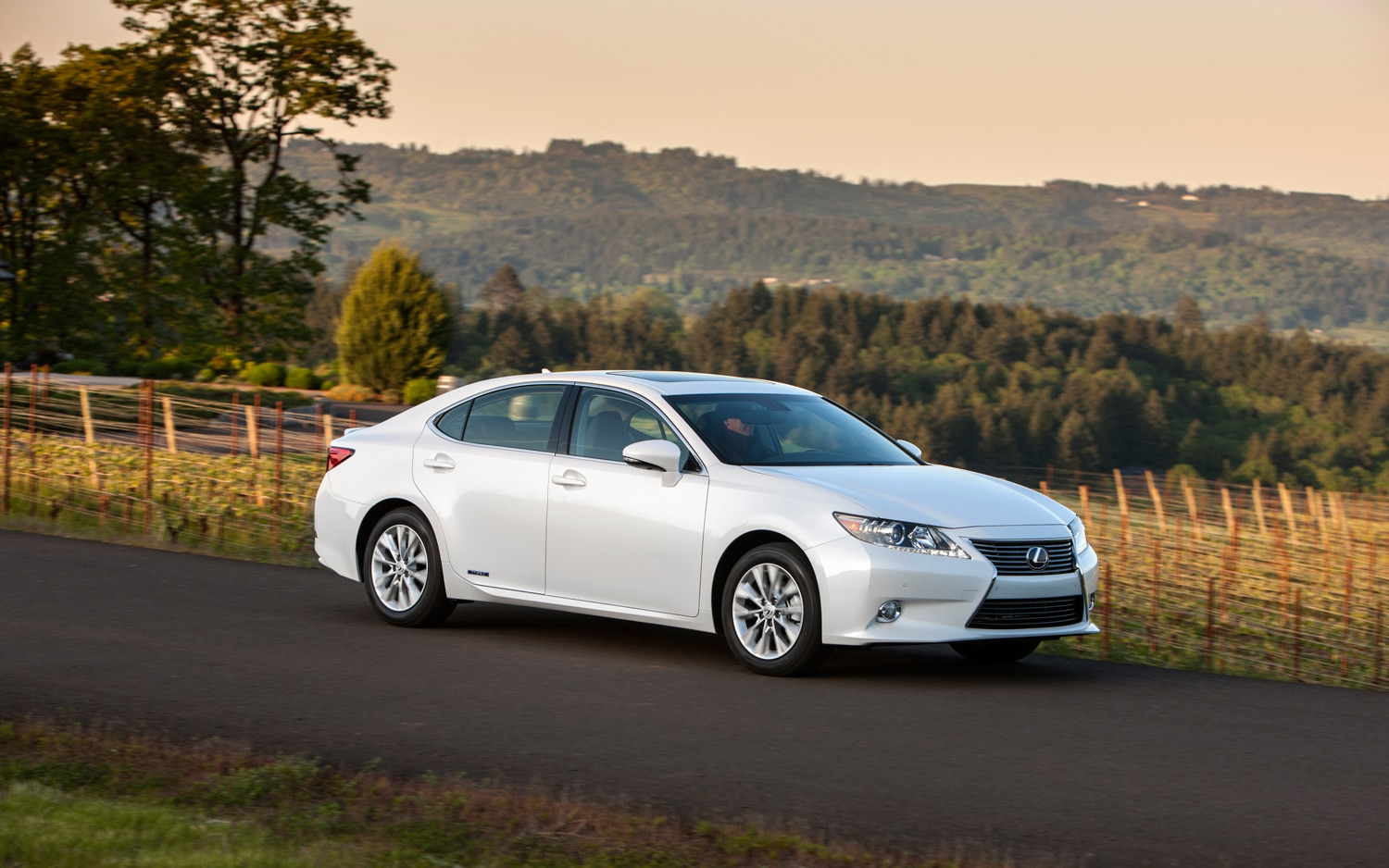 2013 Lexus ES 300h White Front Right Side View 21