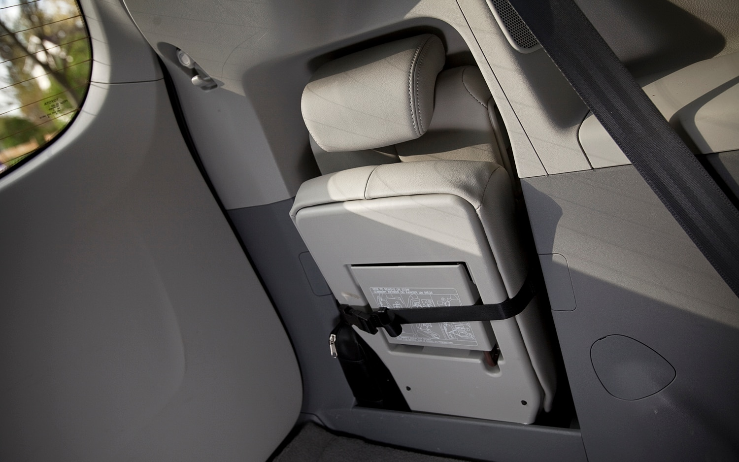 2012 toyota sienna xle editors 39 notebook automobile magazine. Black Bedroom Furniture Sets. Home Design Ideas