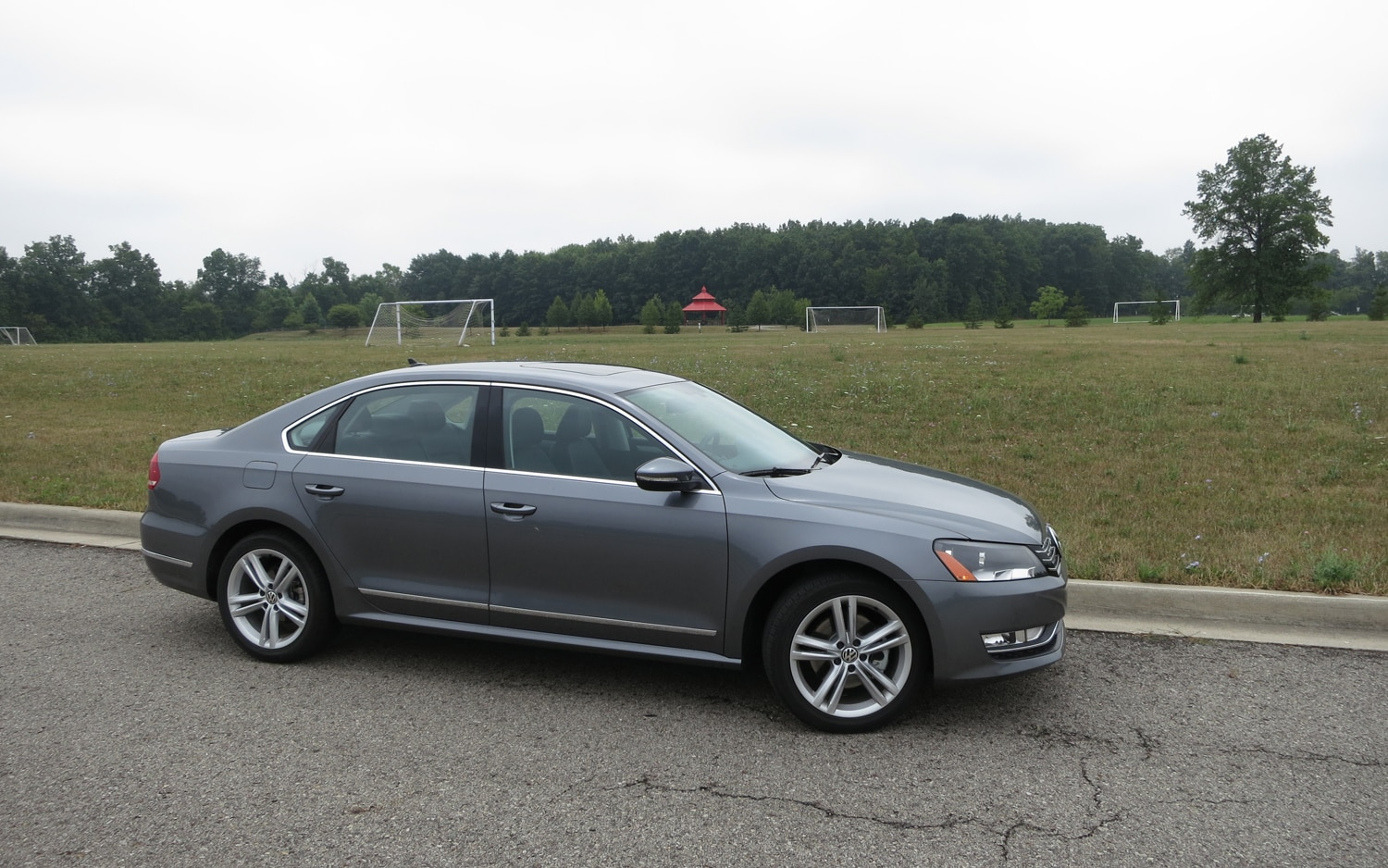 2012 Volkswagen Passat TDI Front Right Side View1