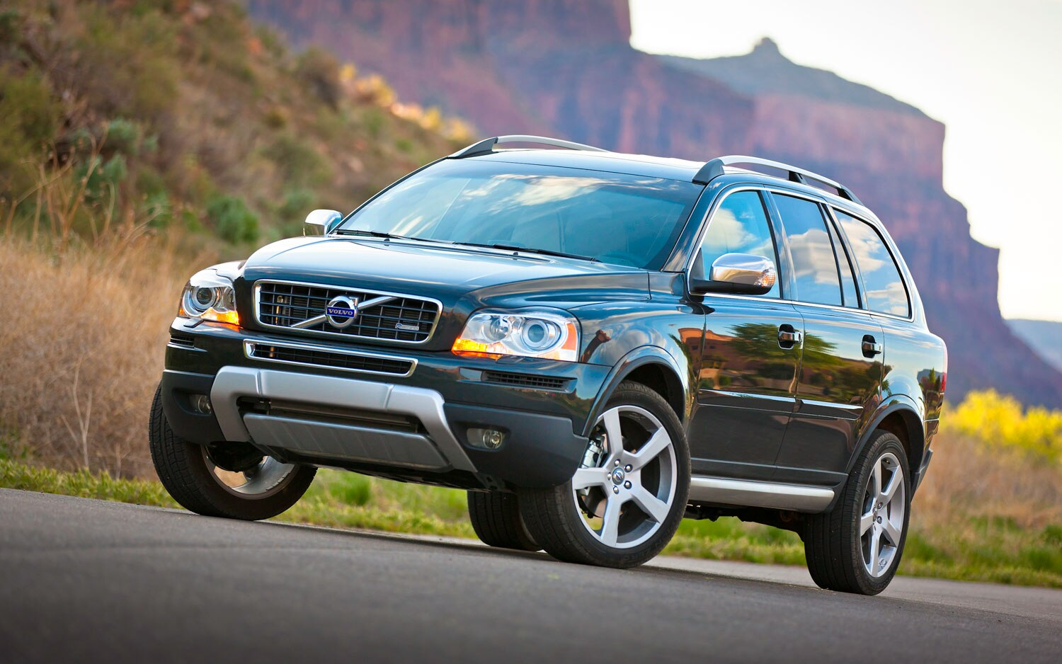 2012 Volvo XC90 Front Three Quarter View1