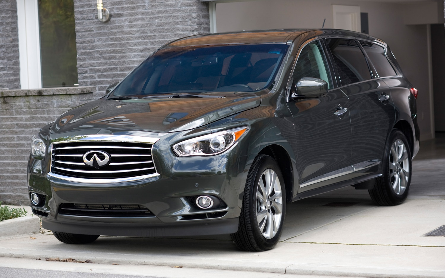 2013 Infiniti JX35 Front Three Quarter 031