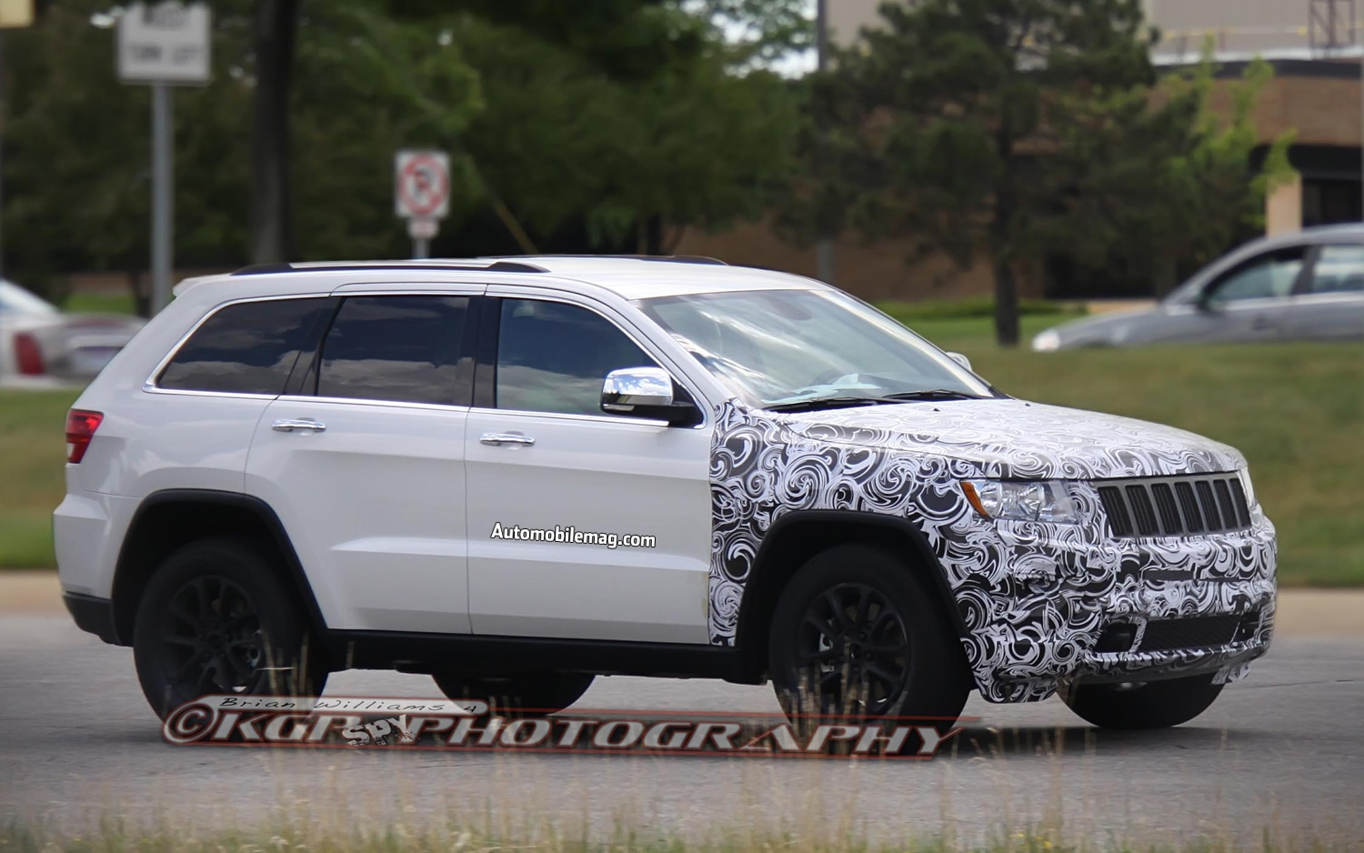 Jeep Grand Cherokee Spy Shots Right Front 31