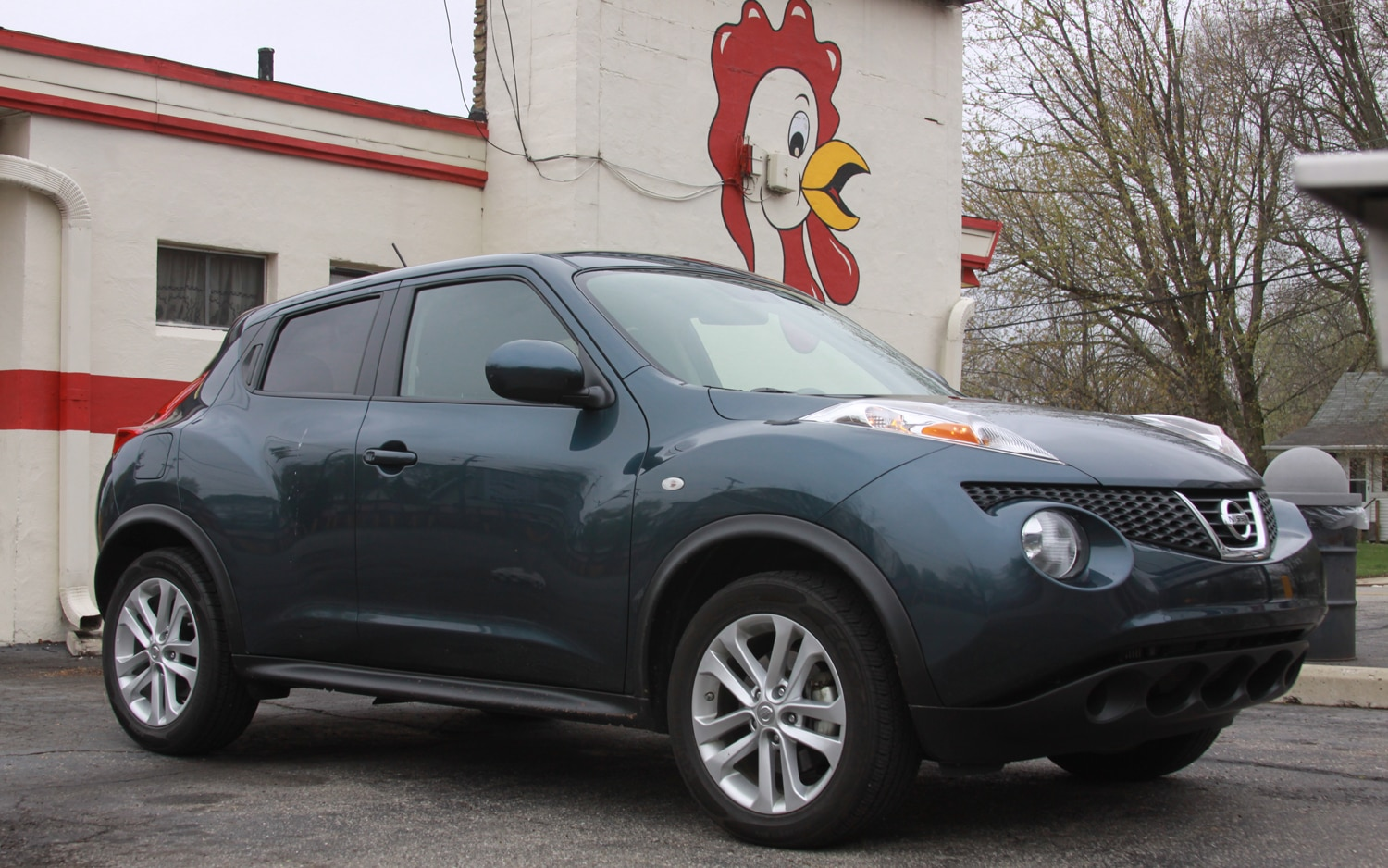 2011 Nissan Juke SV FWD MT Front Right Side View1