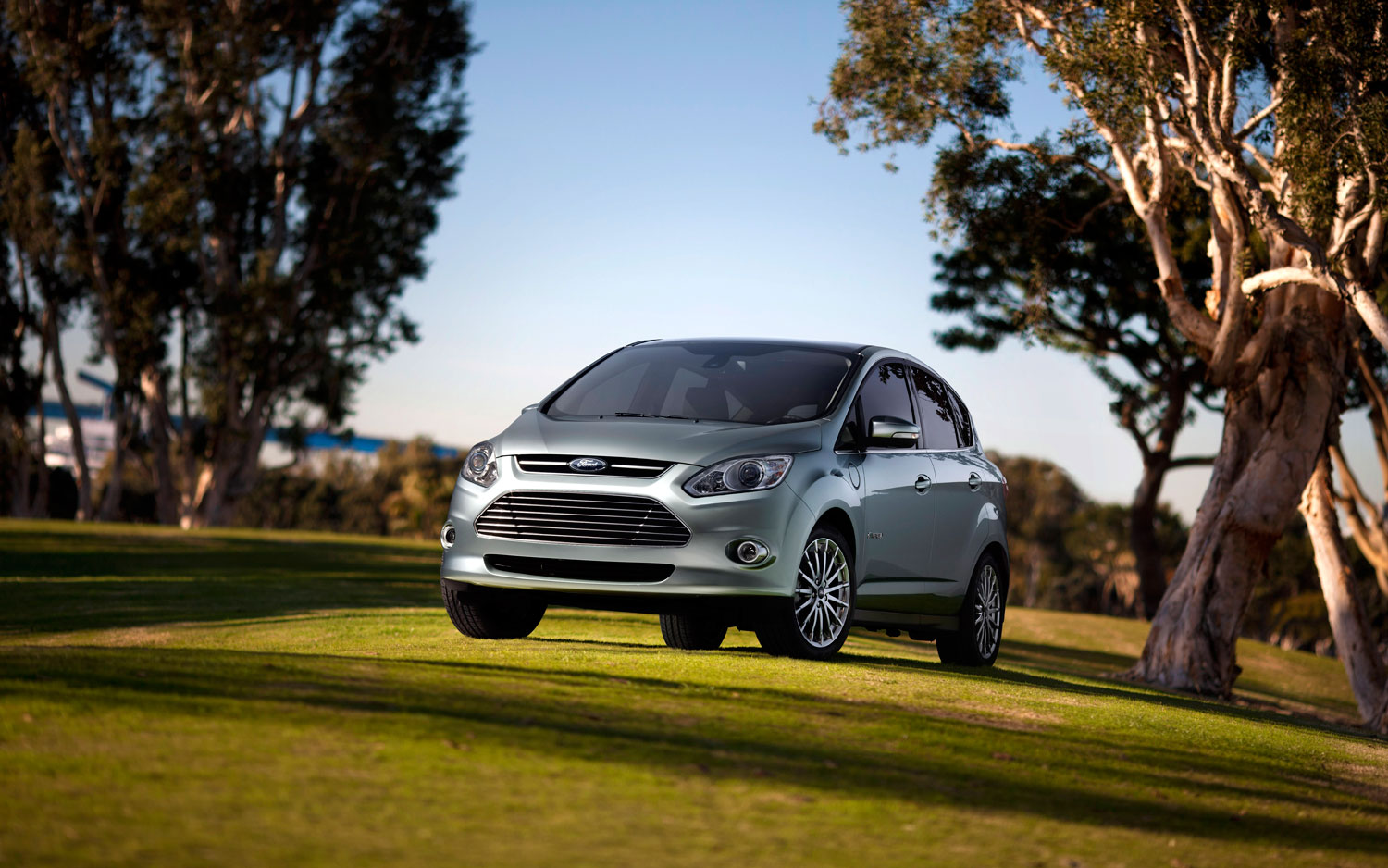 2013 Ford C Max Energi Front View1
