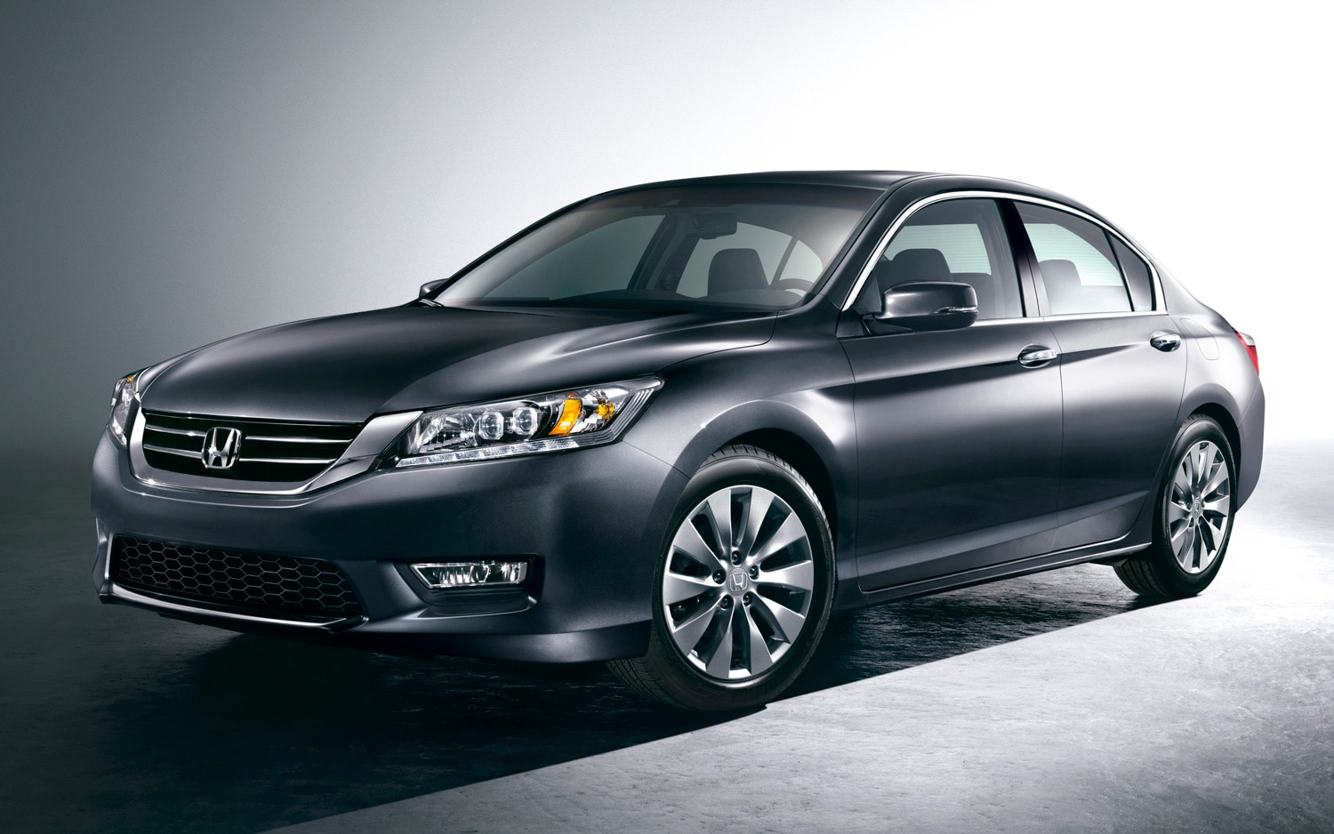 2013 Honda Accord Touring Sedan Front Three Quarter1