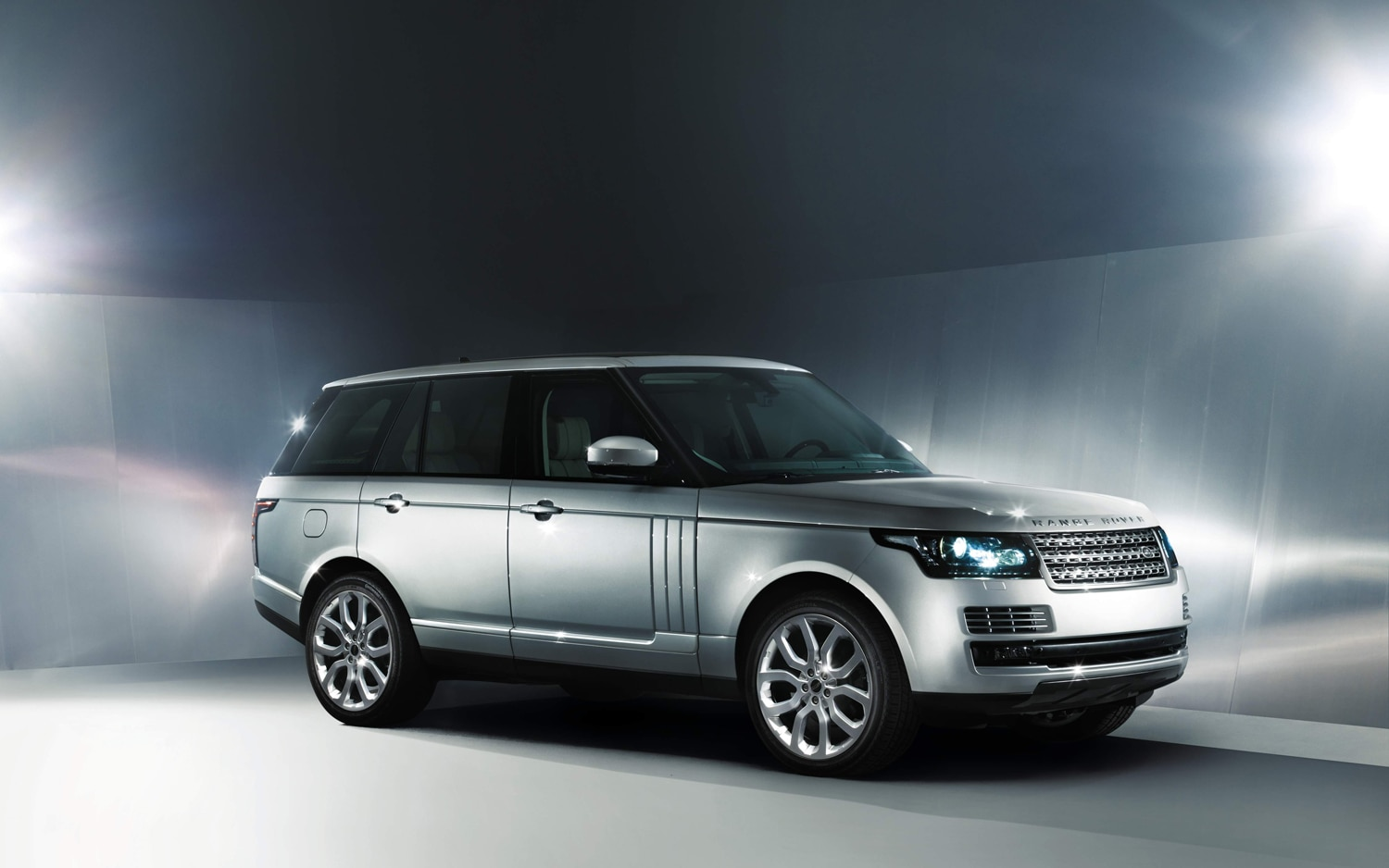 2013 Land Rover Range Rover Front Three Quarter1