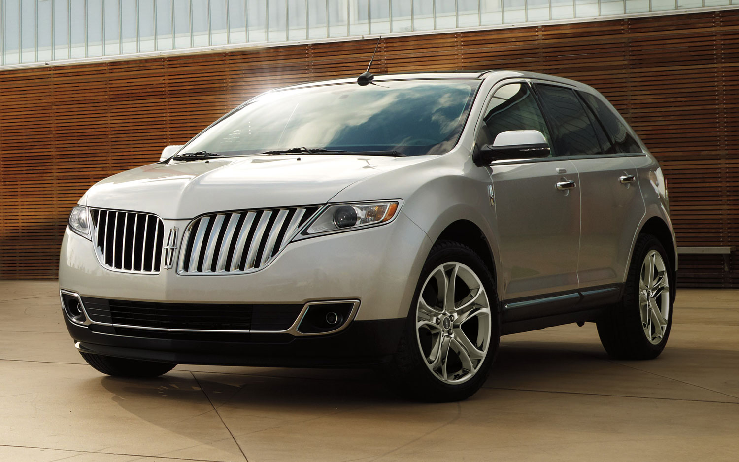 2013 Lincoln MKX Front View11