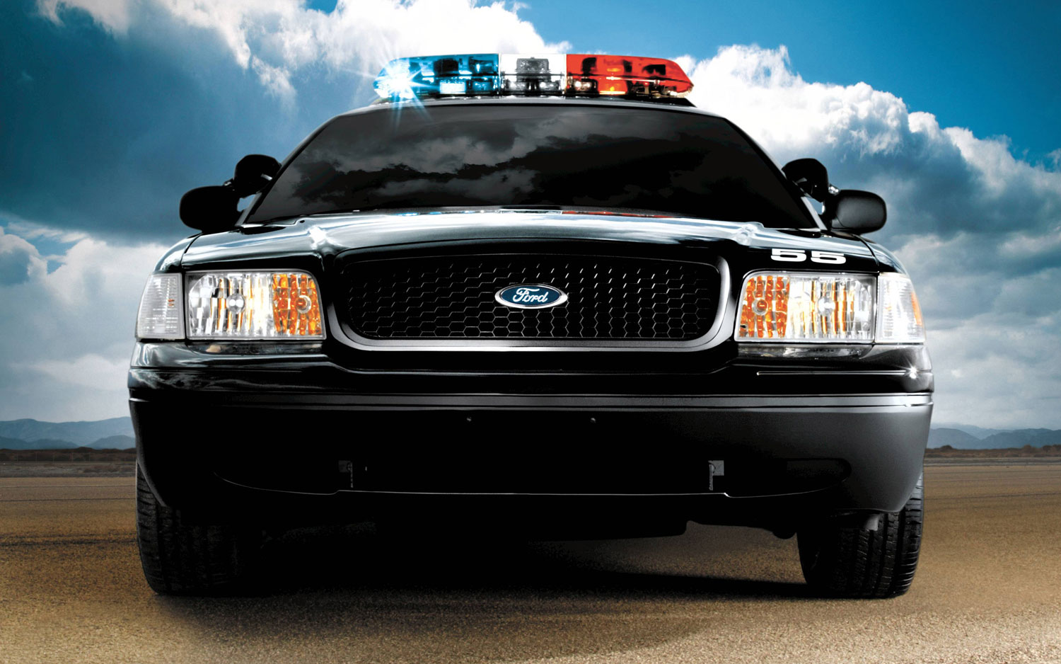 2005 Ford Crown Victoria Police Interceptor Front1