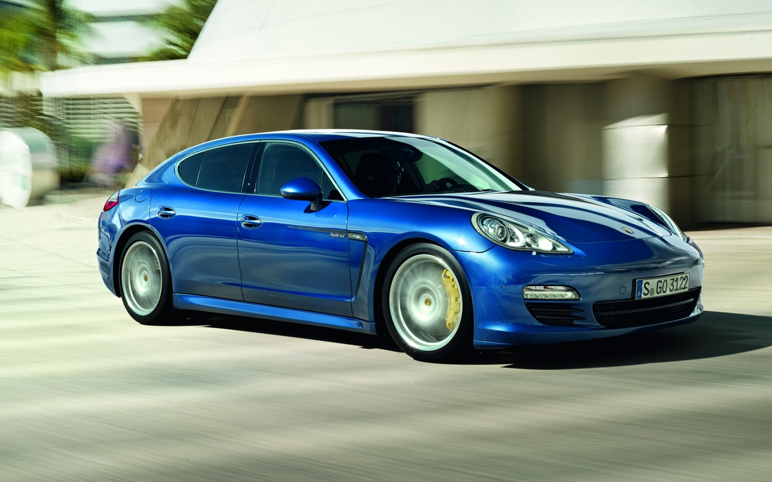 2012 Porsche Panamera S Hybrid Front Right Side View1