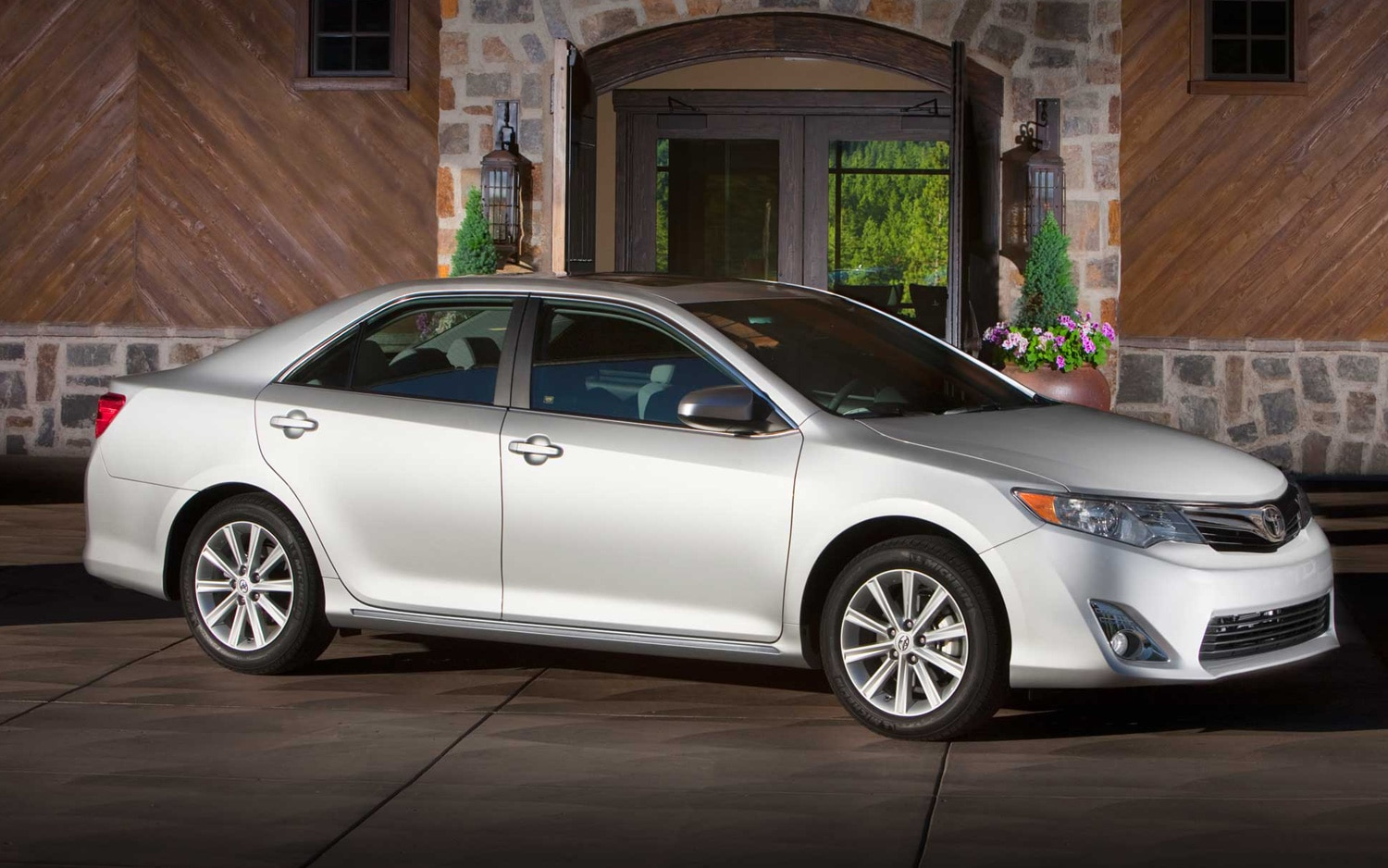 2012 Toyota Camry XLE Front Three Quarter1