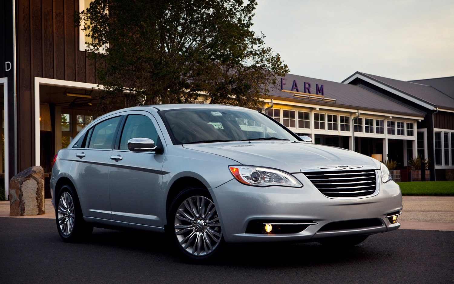 2013 Chrysler 200 Front Three Quarter1