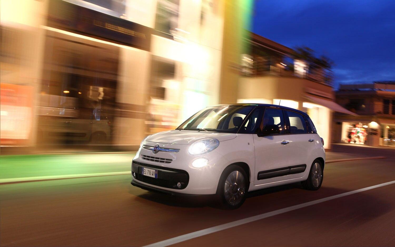 2013 Fiat 500L Front Three Quarter View At Night1