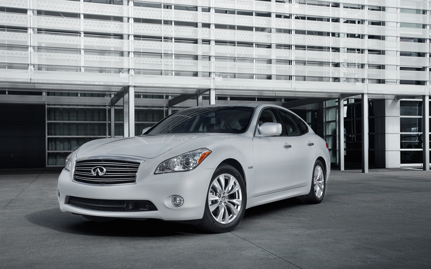 2013 Infiniti M35h Front Three Quarter1