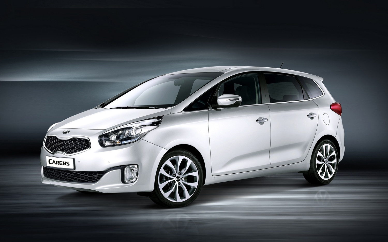 2013 Kia Carens Front Three Quarter1