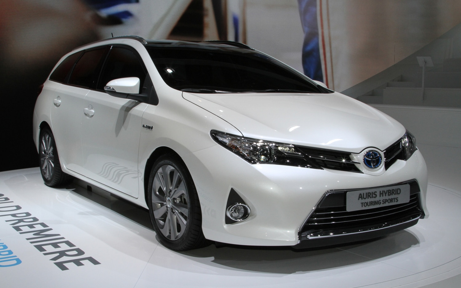 paris 2012 new toyota auris verso better equipped more efficient. Black Bedroom Furniture Sets. Home Design Ideas