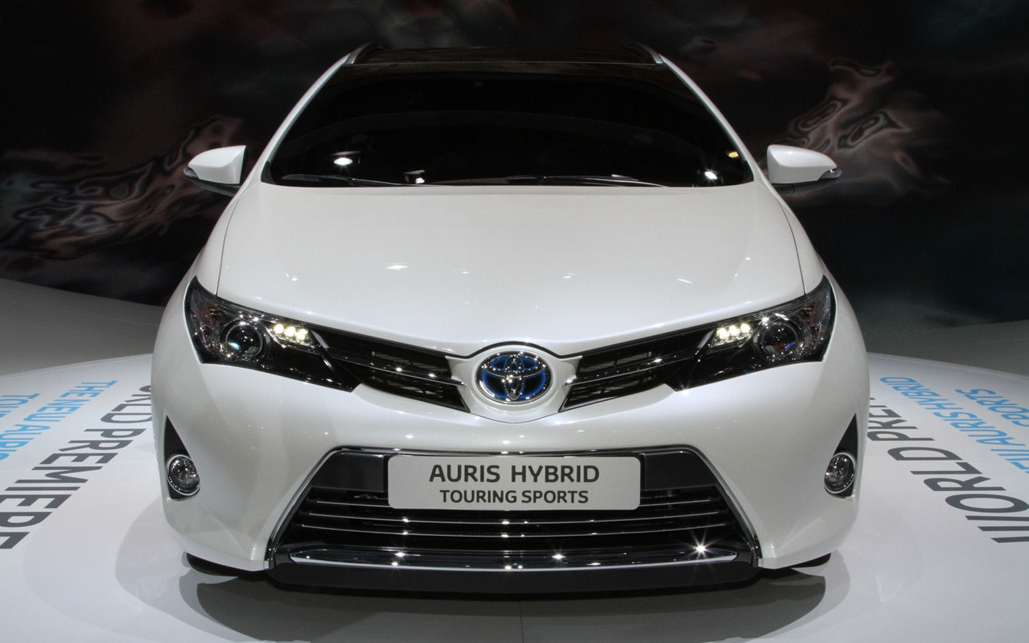 paris 2012 new toyota auris verso better equipped more. Black Bedroom Furniture Sets. Home Design Ideas