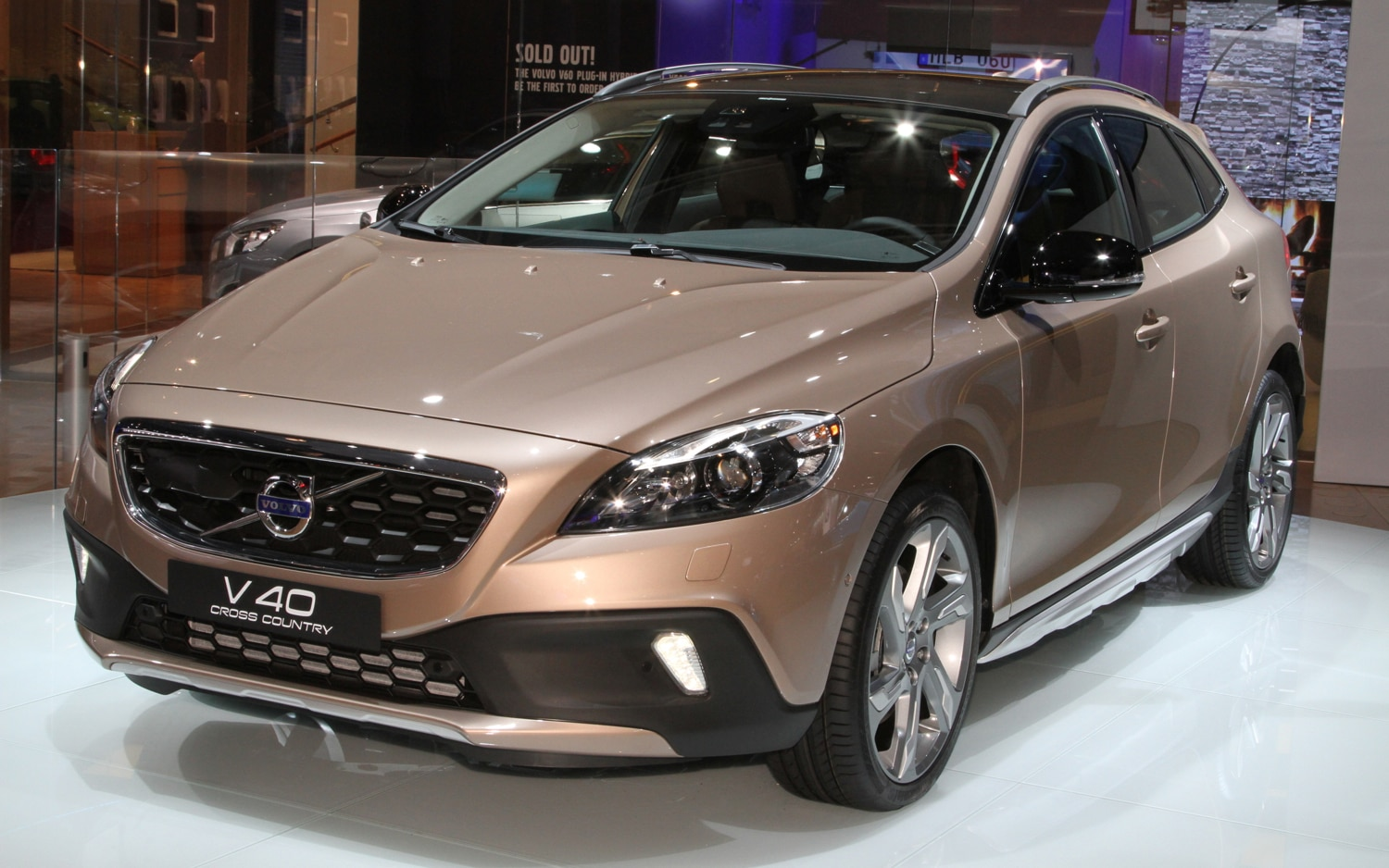 Volvo V40 Cross Country Front Three Quarters1
