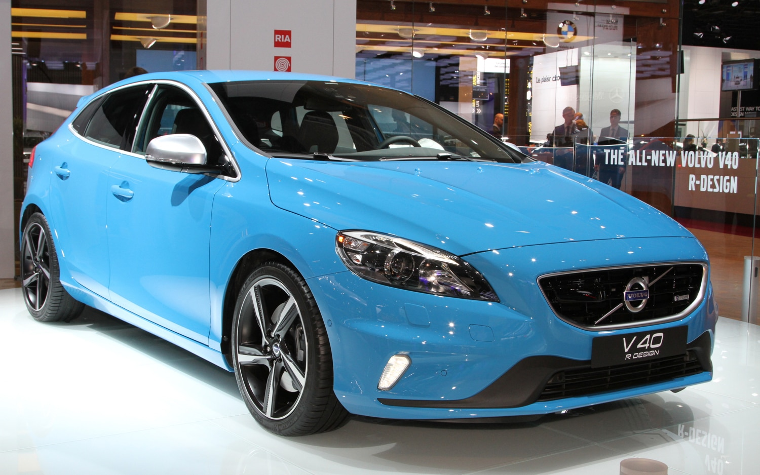 paris 2012 volvo debuts v40 cross country r design variants. Black Bedroom Furniture Sets. Home Design Ideas